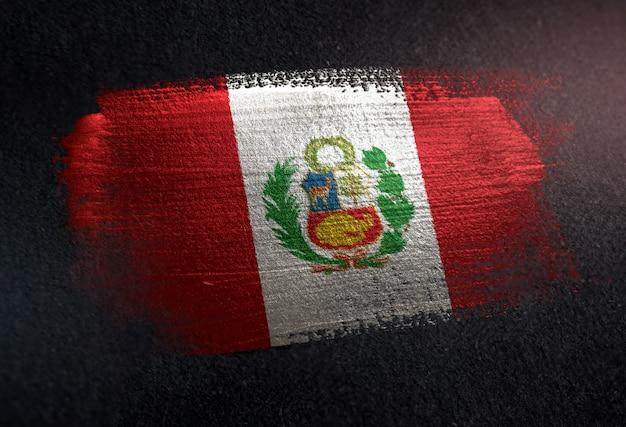 Bandiera del perù fatta di vernice spazzola metallica sulla parete scura del grunge