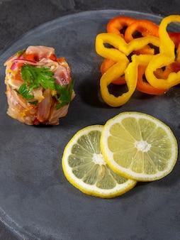 Il ceviche peruviano è un piatto tradizionale consumato in perù. il metodo di preparazione è diverso da altri luoghi, utilizzando limone, pesce, patate, cipolla, alghe, mais, peperoncino, zenzero, latte, patate dolci.