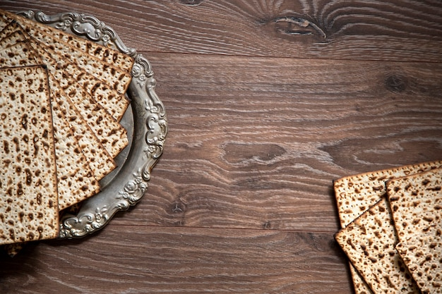Sfondo di pesach. pasqua ebraica. matzah sul tavolo di legno. spazio per il testo
