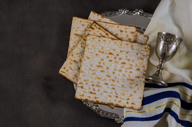 Celebrazione ebraica di pesach con bicchiere di vino matzah kosher sulla tradizionale festa della pasqua ebraica