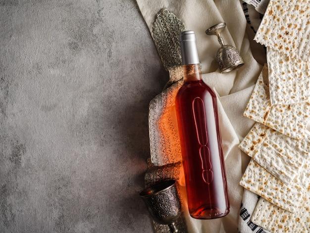 Pesach matzo passover con vino e pane azzimo pane pasquale ebraico.