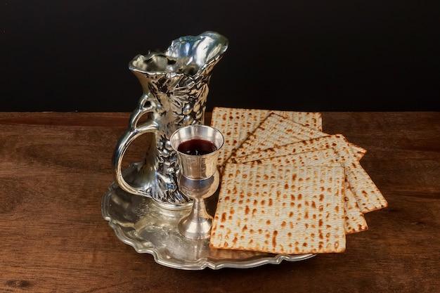 Pesach matzo pasqua con vino e pane azzimo pasquale ebraico Foto Premium