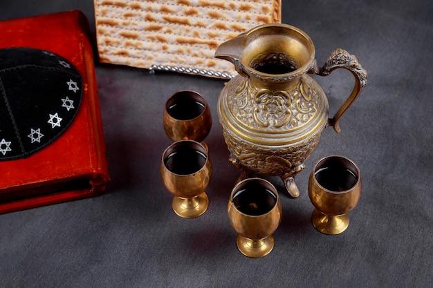 Simboli pesach pesach della grande festa ebraica. matzah tradizionale e bicchiere di vino.