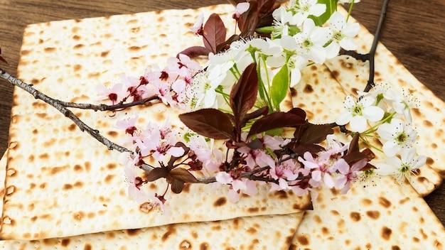 Pesach natura morta con vino e pane azzimo pasquale ebraico