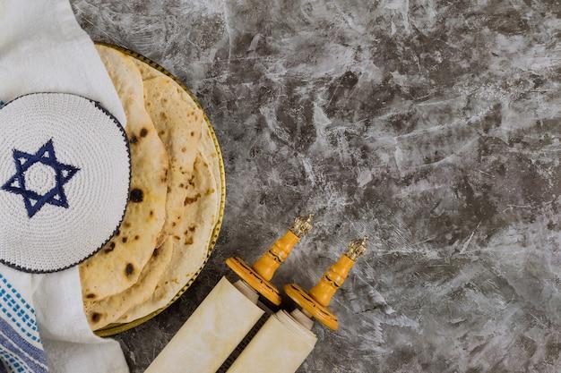 Celebrazione di pesah festa tradizionale ebraica con rotolo di torah e matzah kosher il giorno della pasqua