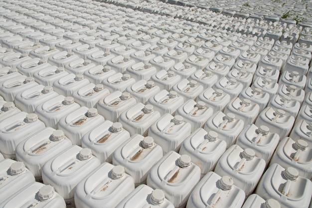 Pesticidi in contenitori di plastica bianchi