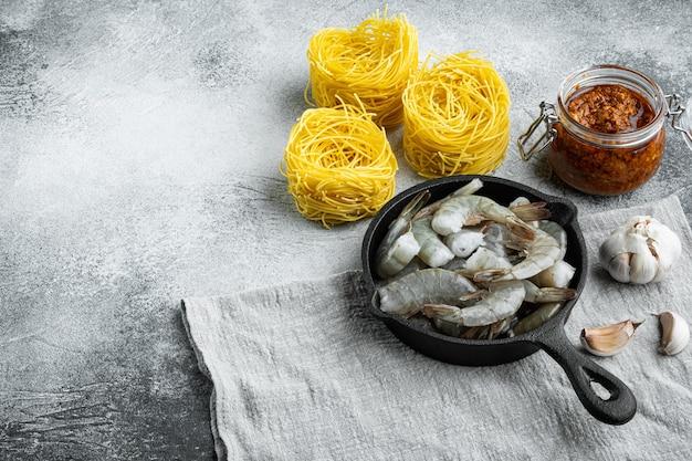 Set ingredienti pasta al pesto di gamberi, su pietra grigia