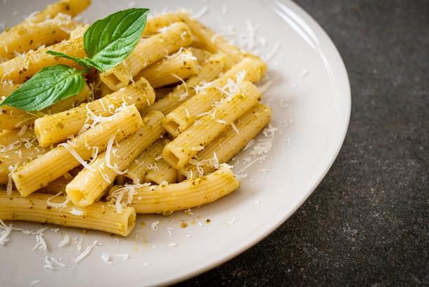 Rigatoni al pesto con parmigiano - cucina italiana e vegetariana