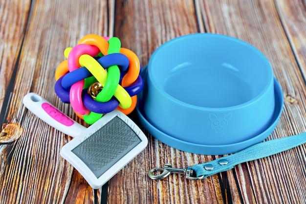 Concetto di accessori per animali domestici. guinzagli per animali domestici con giocattolo in gomma e ciotola