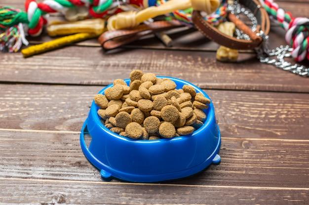 Accessori per animali domestici, cibo, giocattoli. vista dall'alto
