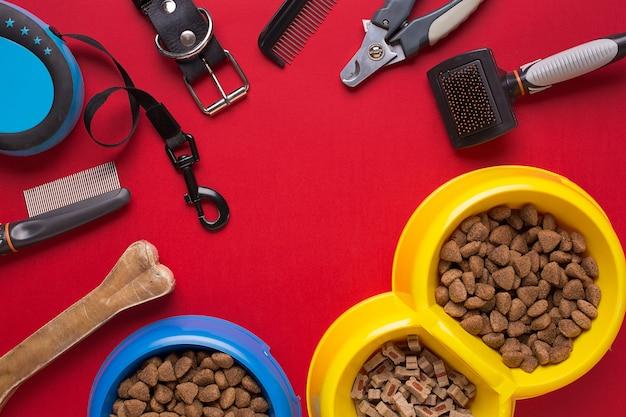 Accessori per animali domestici su sfondo rosso. vista dall'alto. natura morta. copia spazio