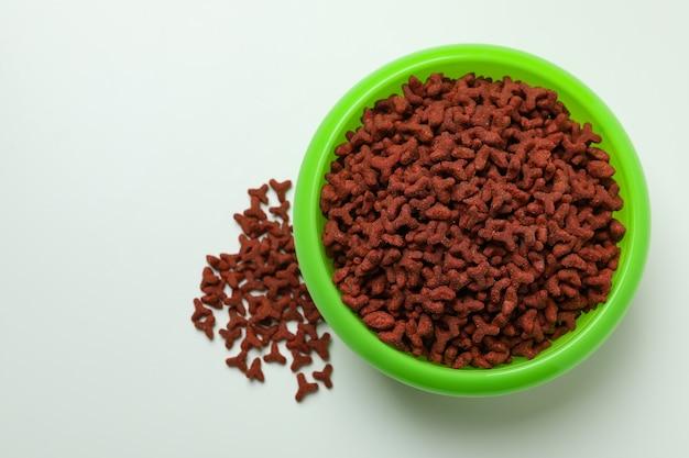 Ciotola dell'animale domestico con alimentazione su bianco