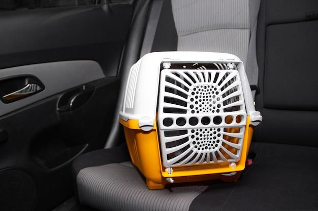 Trasportino per animali in macchina sul sedile. trasporto sicuro di animali domestici. viaggiare con un animale.