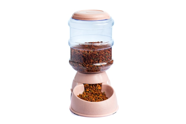 Pet dry food storage meal feeder dispenser o dispenser per alimenti per animali domestici su uno sfondo bianco