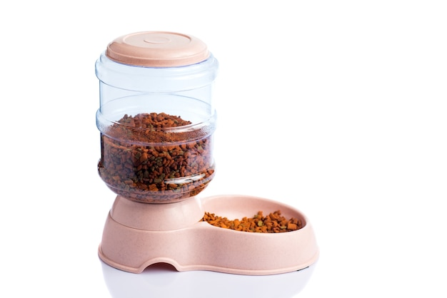 Pet dry food storage meal feeder dispenser o dispenser per alimenti per animali domestici su uno sfondo bianco