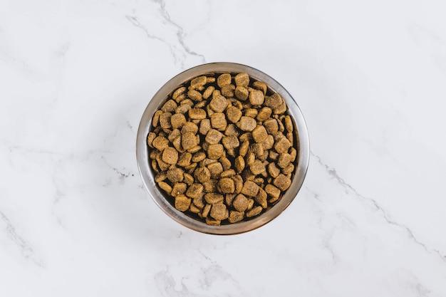 Alimenti per animali domestici in una ciotola d'argento. vista dall'alto.