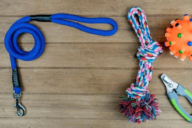 Guinzagli dell'animale domestico sulla tavola di legno. concetto di accessori per animali domestici
