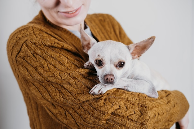 Gli animali domestici amano l'adozione di cani senzatetto prendersi cura di un animale domestico e un concetto di animali amanti degli animali amanti degli animali donna