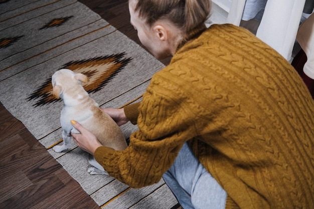Pet love adozione di cani senzatetto prendersi cura di un animale domestico e concetto di animali amanti degli animali amanti degli animali donna