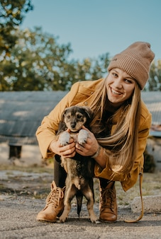 Pet love. la giovane donna felice gioca con i cuccioli