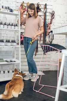 In un negozio di animali. ragazza carina con il suo cane trascorrere del tempo in un negozio di animali