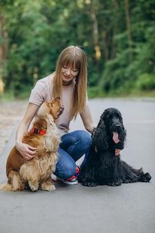 Pet walker che passeggia con i cani cocker spaniel