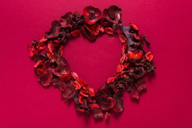 Petali di rose rosse a forma di cuore