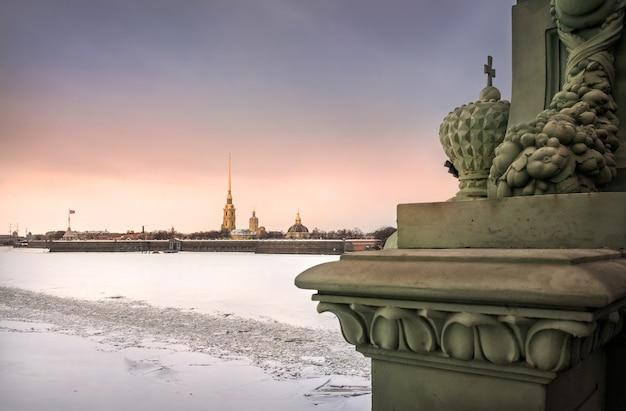Fortezza di pietro e paolo in inverno al cielo al tramonto e parte del ponte della trinità a san pietroburgo