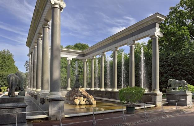 Peterhof san pietroburgo parco nizhny cascata di leoni a forma di portico in marmo