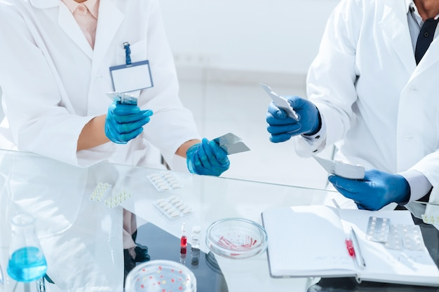 Capsula di petri e fiale con la medicina sul tavolo in laboratorio. foto con copia-spazio.