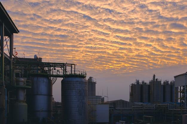 Impianto di industria petrolchimica sullo sfondo del tramonto del cielo