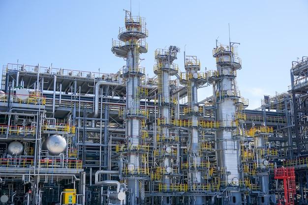 Petrolchimica. impianto per la lavorazione degli idrocarburi presso una raffineria di petrolio
