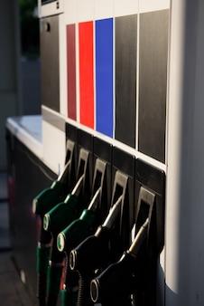 Ugelli di riempimento della pompa di benzina isolati, stazione di servizio in un servizio.