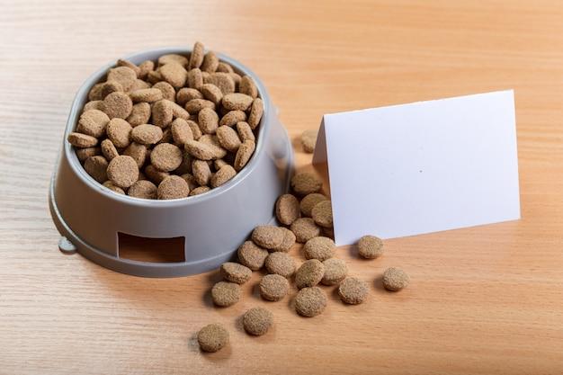 Alimento per animali domestici sul pavimento di legno