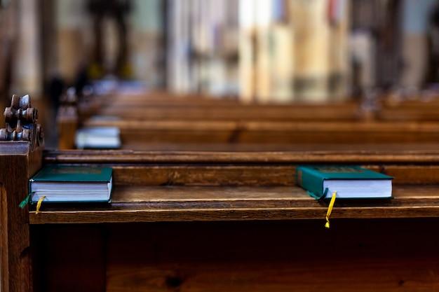 Banchi in chiesa per la preghiera