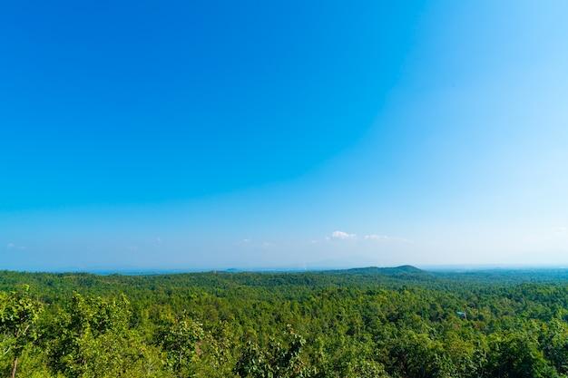 Punto di vista di pha chor con lo skyline della natura nel parco nazionale mae wang, chiang mai, thailandia
