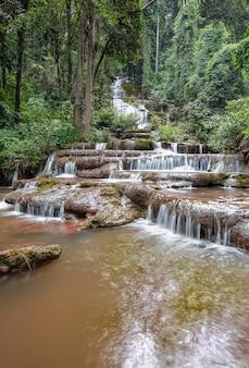Cascata phacharoen nella provincia di tak, thailandia