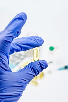 Concetto di medicina farmaceutica, varie pillole, siringa, guanti medicali su sfondo bianco,