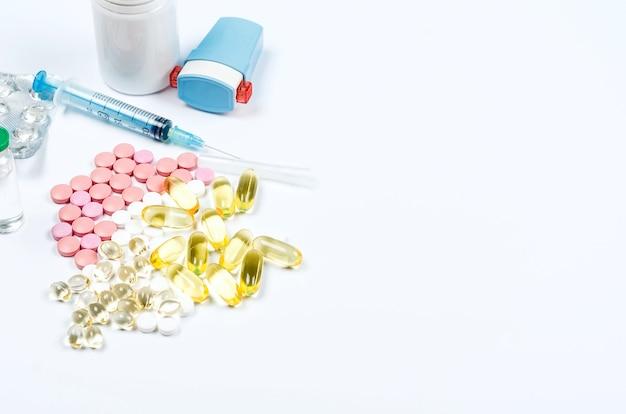 Concetto di medicina farmaceutica, varie pillole, siringhe, guanti medicali