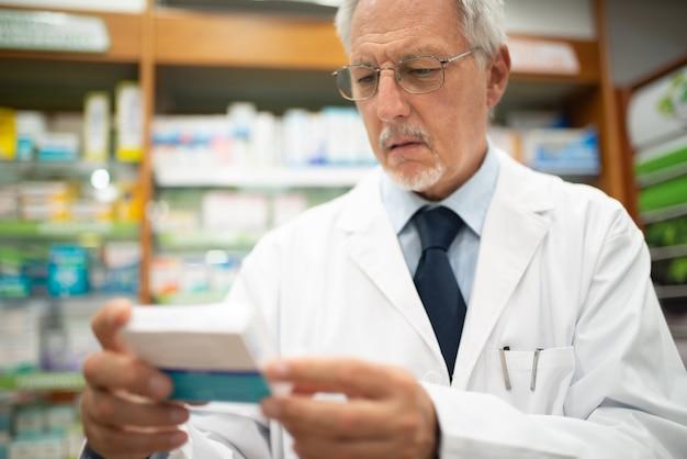 Farmacista che controlla il farmaco in una farmacia