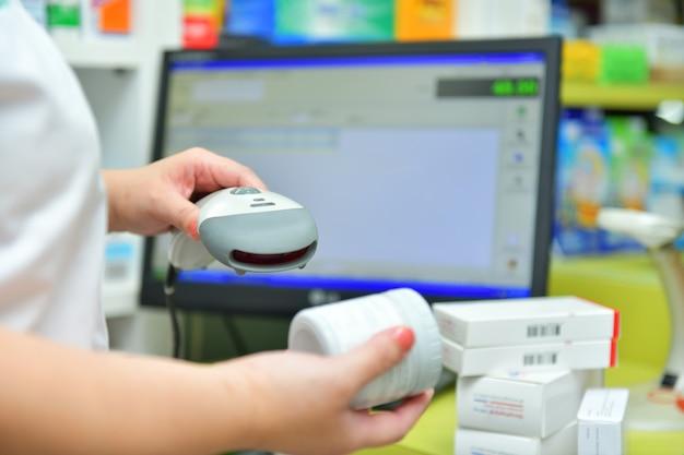 Il farmacista esegue la scansione del codice a barre del farmaco in una farmaciadrugstore
