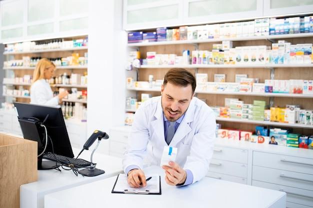 Farmacista che vende medicinali in farmacia.