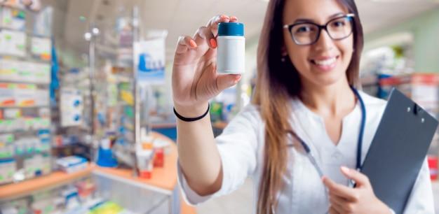 Farmacista che mostra farmaco in farmacia