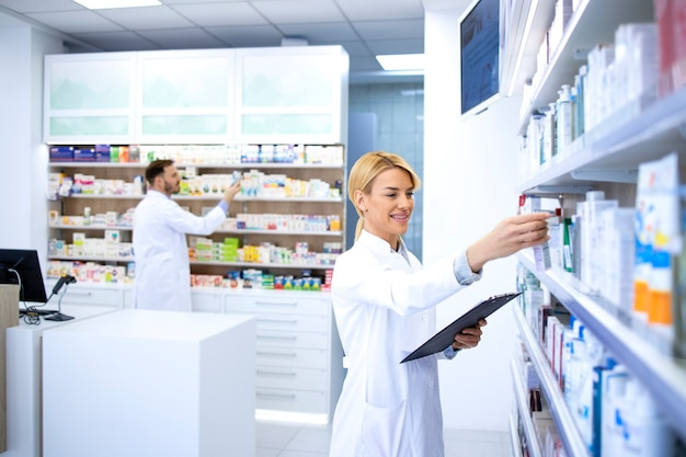 Farmacisti che lavorano in farmacia o in farmacia.