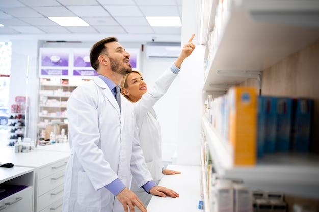 Farmacisti che lavorano insieme nella consulenza di farmacia sui farmaci.