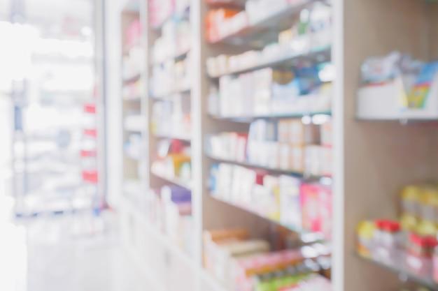 L'interno del negozio di farmacia con farmaci, vitamine, integratori alimentari e prodotti sanitari da banco sugli scaffali medici sfocatura farmacia per lo sfondo