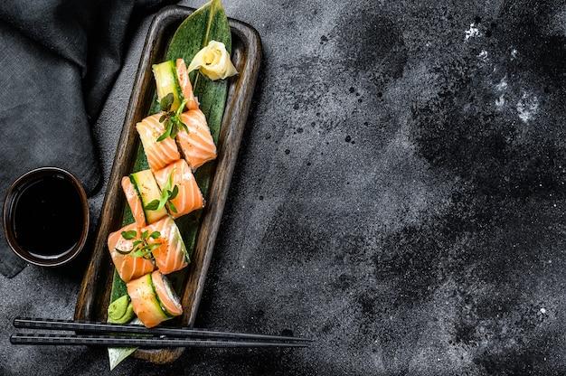 Philadelphia maki sushi con salmone, gamberi, avocado, crema di formaggio