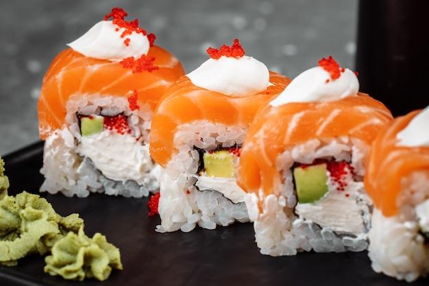 Philadelphia roll sushi con salmone anguilla affumicata cetriolo avocado crema di formaggio caviale rosso menu sushi