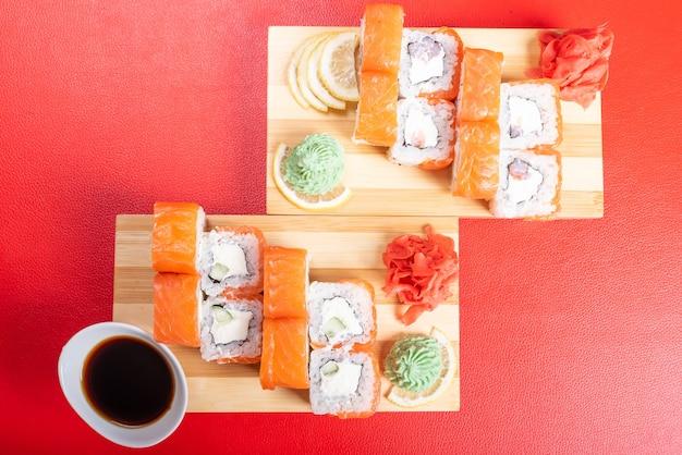 Rotolo di philadelphia con vari ripieni. con zenzero e wasabi. per qualsiasi scopo.