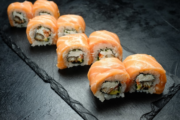 Rotoli di sushi di philadelphia su sfondo scuro. cucina asiatica e concetto di cibo giapponese